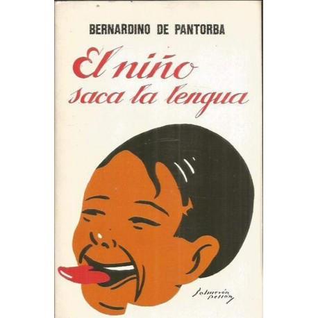 El niño saca la lengua
